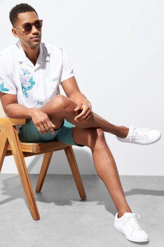 پوشیدن کتانی مردانهی سفید