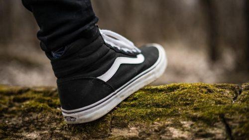نحوه پوشیدن لباسهای رسمی مردانه با کفش کتانی